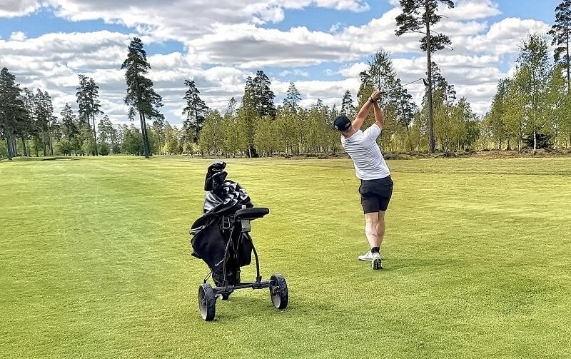 golfer with golf push cart