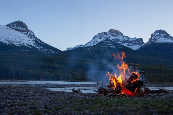 how to start and maintain a campfire guide