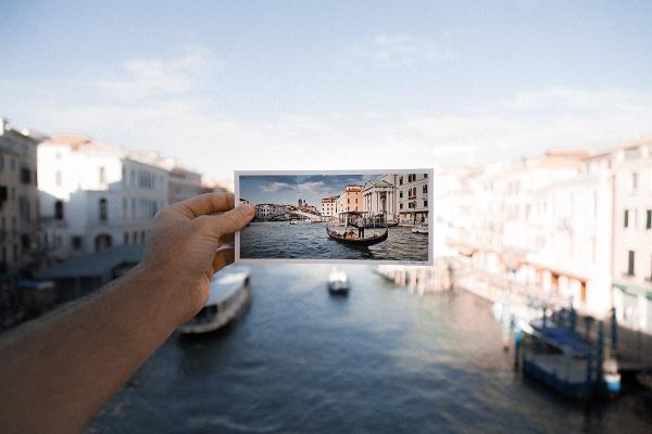 take photos to make travel more interesting