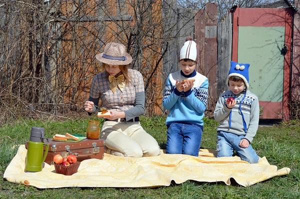 family road trip picnic